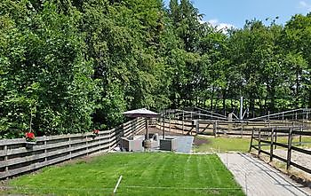 Trainingsmolen voorzien van automatische sproei-installatie Stal Esther Midwolda